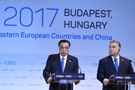Thủ tướng Trung Quốc Lý Khắc Cường (trái) và Thủ tướng Hungary Orbán Viktor trong cuộc họp báo sau Diễn đàn Doanh nghiệp và Kinh tế, trong khuôn khổ Hội nghị Thượng đỉnh Trung Quốc - Đông Trung Âu - Ảnh: Koszticsák Szilárd (MTI)
