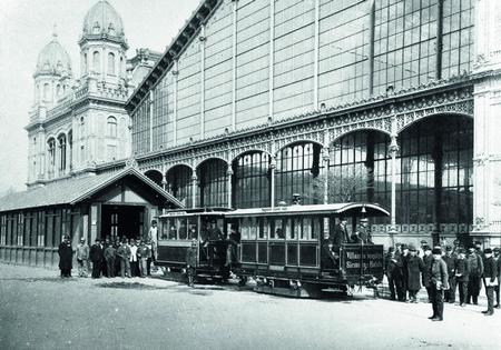 Tàu điện đầu tiên trước nhà Ga Tây - Ảnh: Siemens