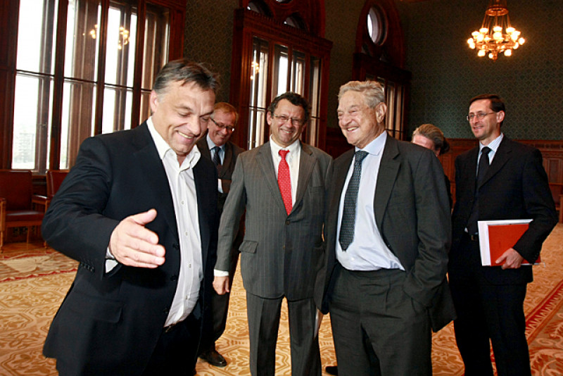 Thủ tướng Orbán Viktor đón tiếp tỷ phú Soros György tại Nhà Quốc hội Hungary, tháng 10-2010. Ông Orbán từng được nhận học bổng của Quỹ Soros để theo học ở Oxford - Ảnh: Pelsőczy Csaba (Văn phòng Phủ tướng)