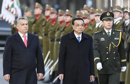 Thủ tướng Hungary Orbán Viktor đón tiếp Thủ tướng Trung Quốc Lý Khắc Cường tại quảng trường Kossuth. Budapest, ngày 28-11-2017 - Ảnh: Koszticsák Szilárd (MTI)