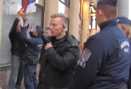 Cả đám cảnh sát xông tới trấn áp một người biểu tình ôn hòa giương cờ Tây Tạng - Ảnh chụp màn hình
