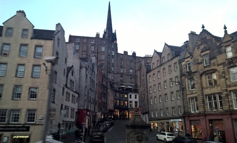 Những con phố hẹp dốc quanh co, bao bọc bởi những tòa nhà cao ít nhất 5-7 tầng
