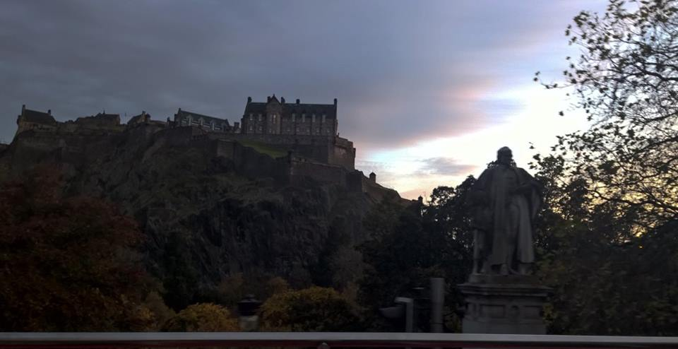 Hàng tượng các danh nhân dọc bên đường, đằng xa là tòa thành cổ Edinburgh trên đỉnh núi đá sừng sững