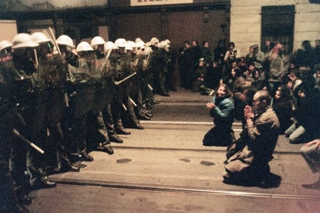 Hình ảnh mang tính biểu tượng của cuộc Cách mạng Nhung: những người dân không tấc sắt trong tay, đối mặt với cường quyền - Ảnh tư liệu