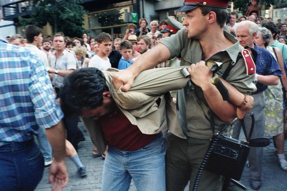 Tháng 8-1989, những cuộc biểu tình tiếp nối truyền thống 1968 vẫn bị chính quyền đàn áp - Ảnh: Patrick Hertzog (AFP)