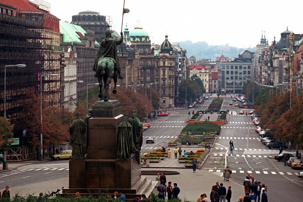 Ngày 6-10, vẫn chỉ có vài du khách vãng lai tại quảng trường Wenceslas, chưa có gì báo hiệu cơn bão sắp tới... - Ảnh: Pascal George (AFP)