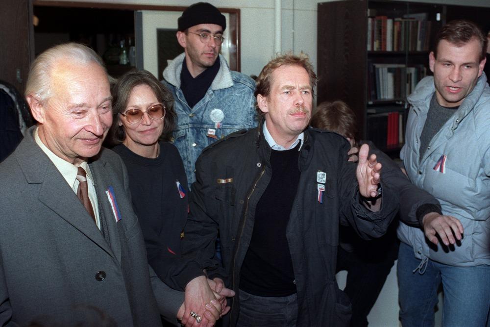 Alexander Dubček, biểu tượng của Mùa xuân Praha 1968 và Václav Havel, lãnh tụ phong trào đối lập dân chủ. Praha, ngày 24-11-1989 - Ảnh: Lubomir Kotek (AFP)