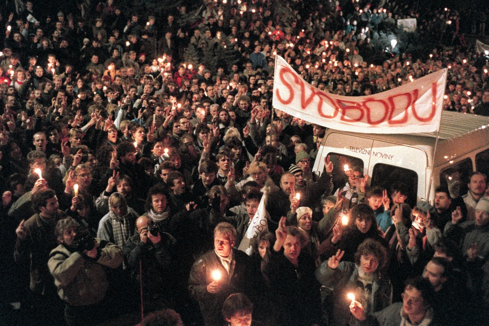 Hàng chục ngàn người xuống đường với biểu ngữ đòi tự do. Praha, ngày 17-11-1989 - Ảnh: Lubomir Kotek (AFP)