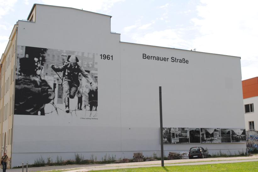 Bước nhảy vào tự do được ghi lại trên bức tường nơi xảy ra sự kiện, phố Bernauer (Berlin)