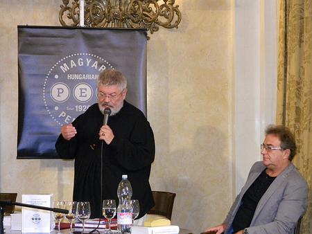 Chủ tịch PEN Club Hungary Szőcs Géza (trái), người bị coi là toa rập với chính quyền - Ảnh: irodalmijelen.hu