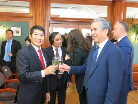 Cùng đại diện Hiệp hội Người Việt Nam tại Hungary