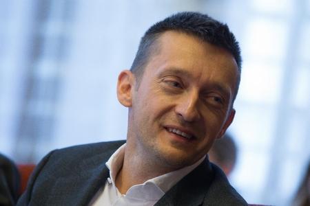 """Ông Rogán Antal, một lãnh đạo thượng đỉnh của đảng cầm quyền FIDESZ, người khai sinh ra ý tưởng """"công trái định cư"""" được coi là mỏ vàng cho các """"nhóm lợi ích"""" có liên quan tới ông và một nhóm nhỏ trong giới lãnh đạo - Ảnh: Székelyhidi Balázs (""""Dân tộc Hungary"""")"""