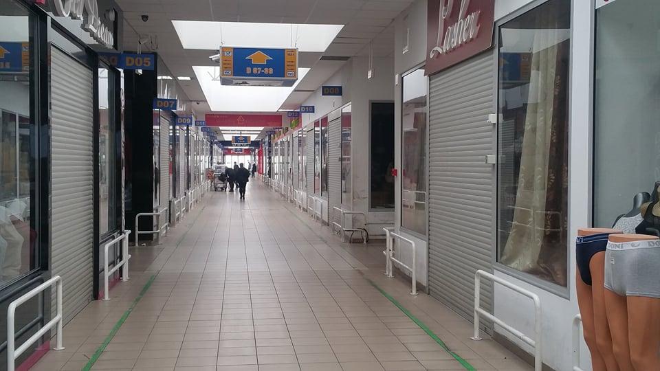 Nhiều cửa hàng đóng cửa cố thủ và chờ đợi
