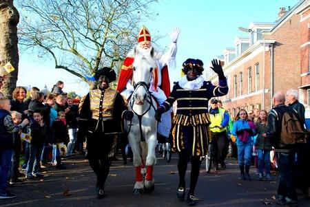 Thánh Sinterklaas và các Zwarte Piet trong lễ hội Sinterklaas ở thành phố cổ Delf