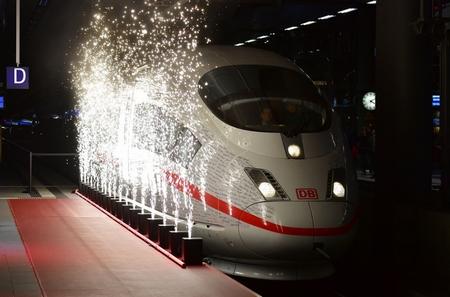 Tàu cao tốc nối Đông - Tây - Ảnh: Tobias Schwarz (AFP)