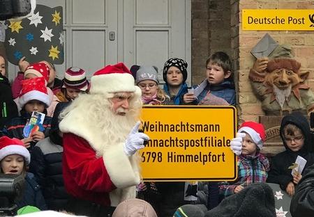 """Ông già Noel với bảng ghi tên người nhận thư  """"Ông già Noel"""" và địa chỉ của Bưu cục """"Cổng Thiên Đường"""" - Ảnh của Bưu cục"""