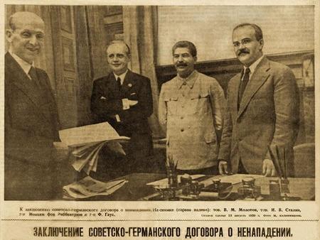 Hiệp ước bất tương xâm Molotov - Ribbentrop (ký tháng 8-1939) mở đường cho hai quốc gia này cùng khai mào Đệ nhị Thế chiến, vết nhơ trong lịch sử tồn tại của Liên bang Xô-viết - Ảnh tư liệu