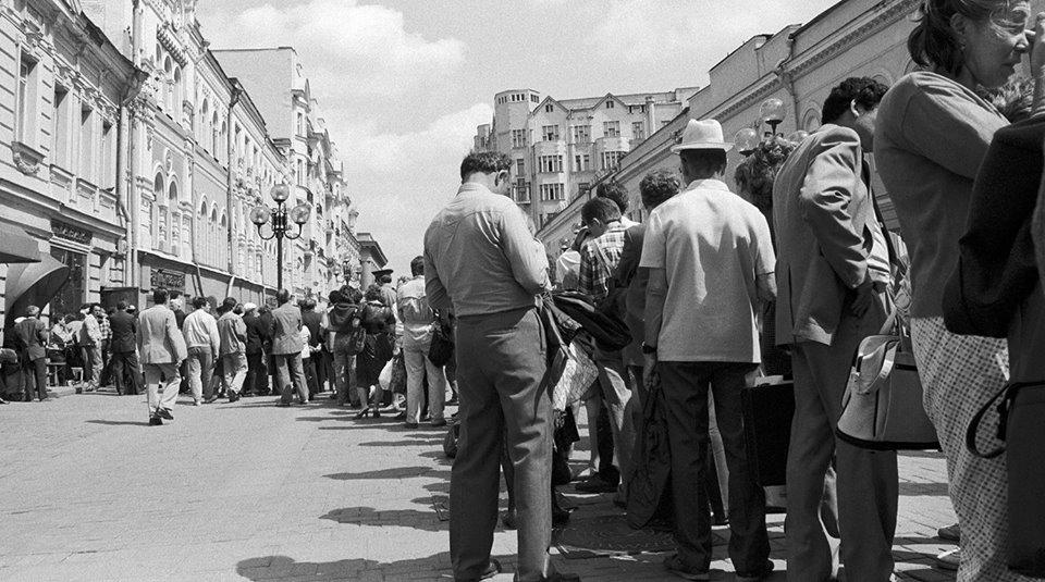 Xếp hàng mua thuốc lá ở Moscow năm 1990