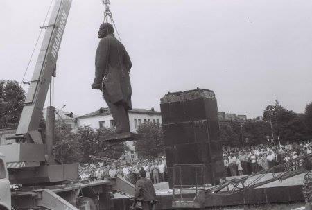 Bưc tượng Lenin đầu tiên bị giật đổ ở tỉnh Lvov, Ukraine (tháng 8-1990)