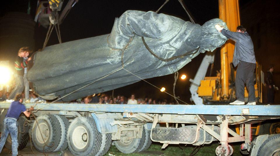 Tượng trùm mật vụ chính trị cộng sản, nhà sáng lập NKVD-GPU-KGB Dzerzhinsky bị giật đổ ở Moscwo, năm 1991