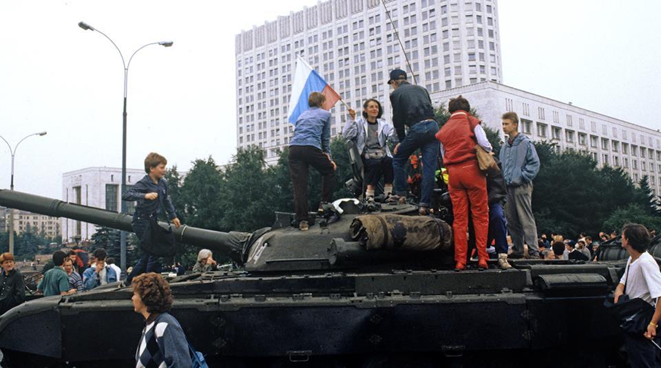 Moscow tháng 8-1991, người dân đổ ra đường ủng hộ Yeltsin chống lại phe đảo chính đưa quân vào thành phố. Cuộc đảo chính thất bai và Liên Xô cáo chung 4 tháng sau đó