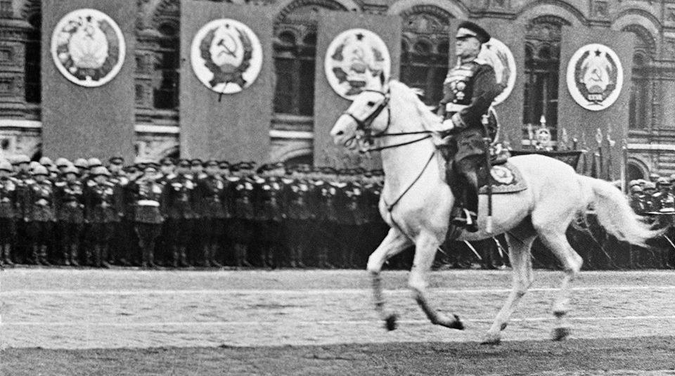 Nguyên soái Zhukov trong lễ diễu hành chiến thắng 1945. Khoảng 26 triệu người Liên Xô đã chết trong Chiến tranh Thế giới thứ hai