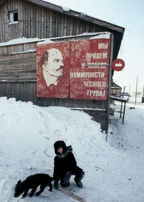 """Khẩu hiệu trong ảnh: """"Chúng ta sẽ đi đến chiến thắng của lao động cộng sản"""". Thập niên 60 thế kỷ trước"""