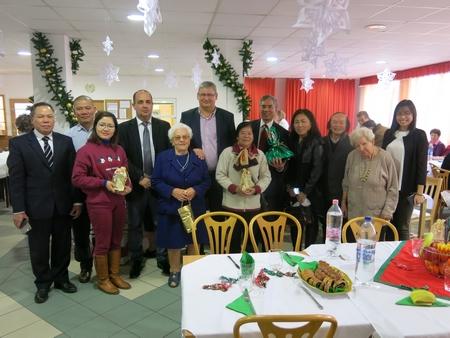 Chụp ảnh kỷ niệm cùng lãnh đạo Quận và một số vị cao niên