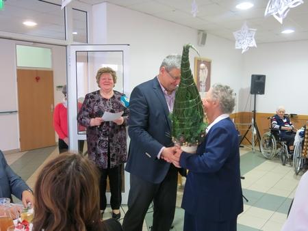 Tặng cây thông Noel cho một vị cao niên