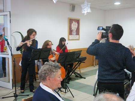 Các nghệ sĩ thuộc Nhạc viện Quận 10 trình tấu một số bản nhạc và ca khúc kinh điển về Giáng sinh