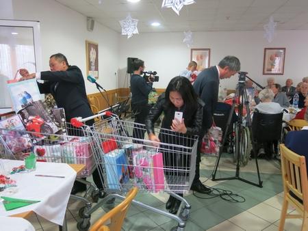 Tặng các suất quà Noel cho các cụ phụ lão