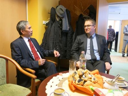 Trao đổi với ông Kecskés Péter, Vụ trưởng Vụ Các mối quan hệ dân sự và Tham vấn Xã hội thuộc Bộ Nguồn Nhân lực Quốc gia Hungary trước lễ tặng quà