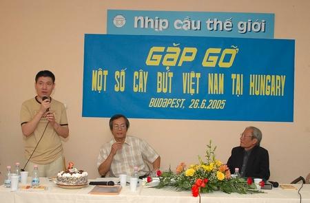 Anh Nguyễn Thụ (bên phải) trong tối giao lưu 26-6-2005 do báo NCTG tổ chức - Ảnh tư liệu