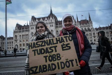 Giới trẻ cũng muốn nắm trong tay vận mệnh của chính mình - Ảnh: Huszti István (index.hu)