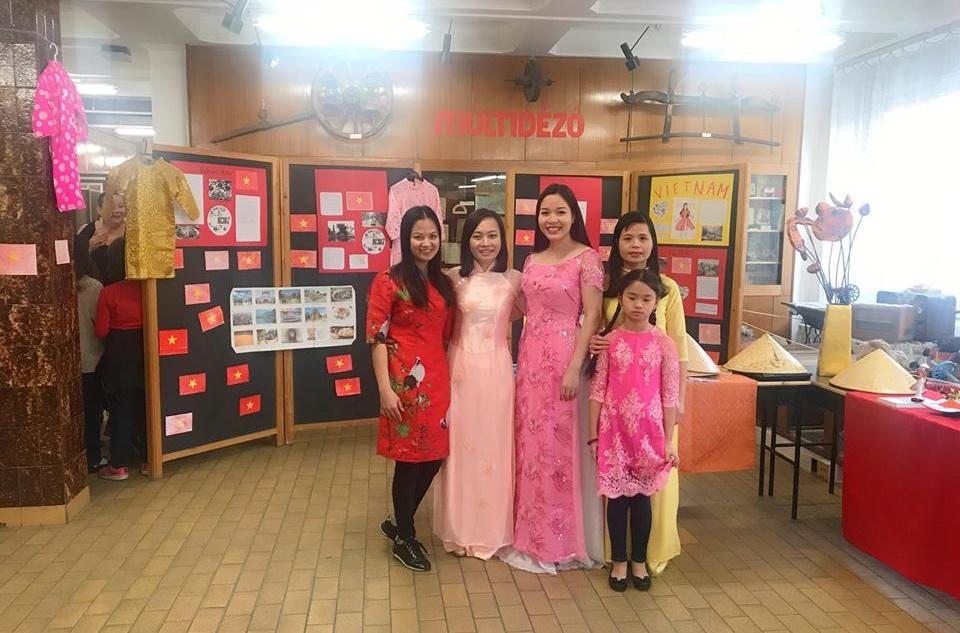Phụ huynh và học sinh trong tà áo dài Việt