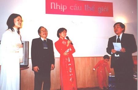 """Anh Nguyễn Thụ (giữa) cùng hai con gái trong buổi kỷ niệm """"thôi nôi"""" của NCTG (đầu năm 2003) - Ảnh tư liệu"""