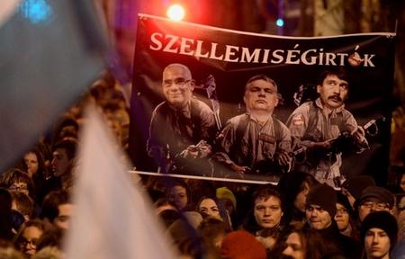 """Tại cuộc biểu tình ngày 19-1, giới sinh viên, học sinh đã giương cao một biểu ngữ có ảnh Chủ tịch Quốc hội, Thủ tướng và Bộ trưởng phụ trách Giáo dục của Hungary với dòng chữ """"Những kẻ diệt trừ trí tuệ"""" - Ảnh: hvg.hu"""