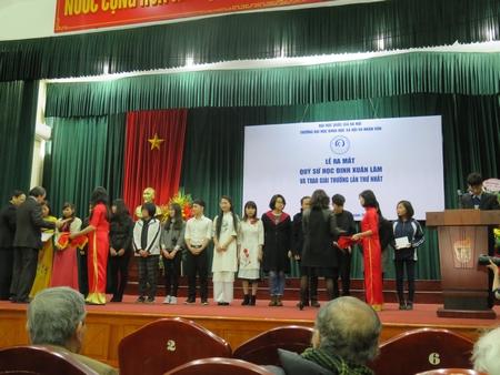 Các đồng Chủ tịch Quỹ trao giải cho những người đoạt giải lần đầu tiên