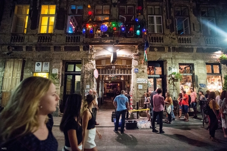 Khu giải trí tại Budapest, được coi có những nét tương đồng với các khu như Le Marais ở Paris, hay Kazimierz ở Krakow - Ảnh: MTI