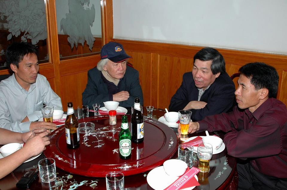 GS. Đinh Xuân Lâm trong một dịp gặp gỡ một số trí thức Việt Nam tại Hungary (tháng 5-2005) - Ảnh tư liệu