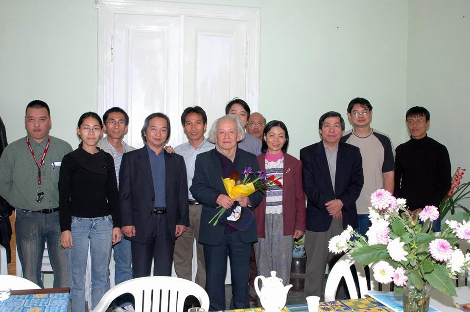 GS. Đinh Xuân Lâm và một số thành viên cộng đồng Việt Nam tại Hungary - Ảnh tư liệu