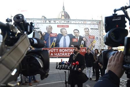 Vona Gábor trong poster lớn của đảng cầm quyền, cùng Soros và các chính khách đối lập bị chụp mũ là muốn dỡ bỏ hàng rào ngăn biên giới Hung - Serbia - Ảnh: Index.hu