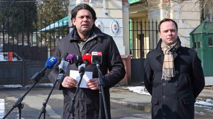 Deutsch Tamás và Nyitrai Zsolt trước doanh trại mang tên Dobó István tại TP. Eger - Ảnh: fidesz.hu