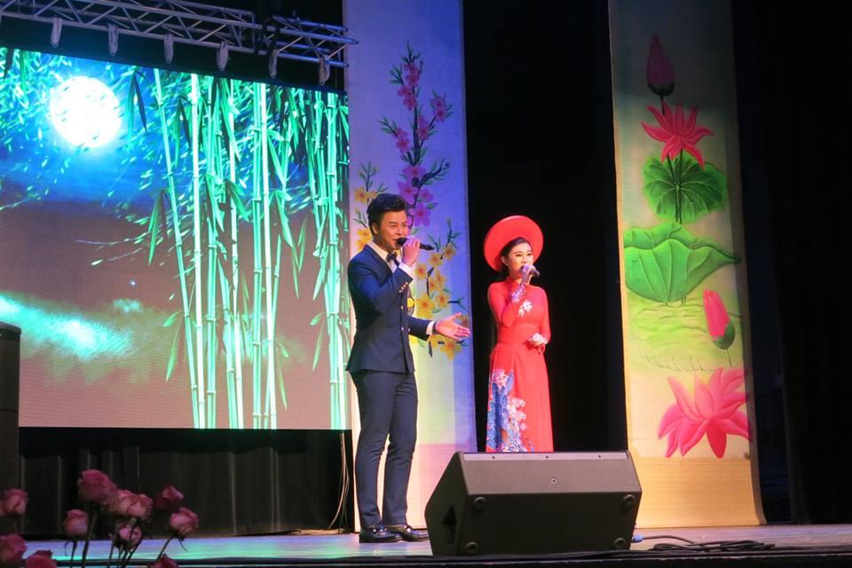 NSƯT Quế Trân và ca sĩ trẻ Võ Minh Lâm trong một tiết mục tân cổ giao duyên