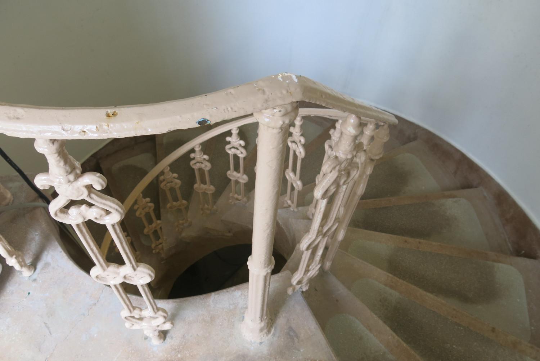 Cầu thang hình xoắn ốc với tay vịn cùng tuổi với bể chứa nước