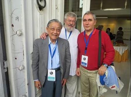 Nhà thơ Nguyễn Hoàng Bảo Việt và hai văn hữu người Hungary tại Đại hội Thế giới Văn bút Quốc tế tại Ourense, Galice, Tây Ban Nha (10-2006)