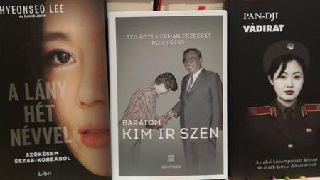 """Cuốn """"Bạn tôi - Kim Nhật Thành"""" (Barátom, Kim Ir Szen) của Szilágyi-Herman Erzsébet (giữa), trên kệ bên cạnh các sách về chủ đề Bắc Hàn trong hiệu sách ở Budapest - Ảnh: Nguyễn Hoàng Linh"""