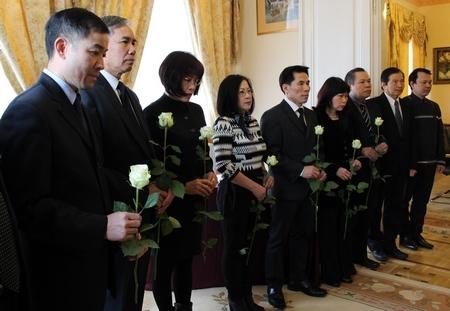Đại diện Hiệp hội Người Việt Nam tại Hungary trong lễ viếng - Ảnh: Ban Công tác Cộng đồng ĐSQ
