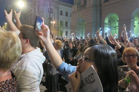 Những chiếc điện thoại được giơ cao hưởng ứng yêu sách do các diễn giả đưa ra