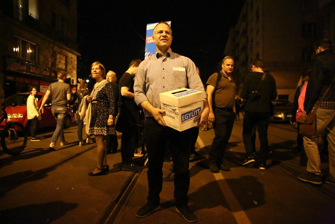 Ông Juhász Péter đi vận động quyên góp trong cuộc biểu tình ngày 14-4-2018 - Ảnh: Németh Sz. Péter (index.hu)